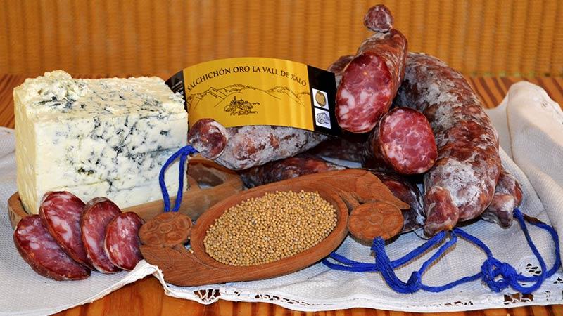 Salchichón con queso azul y mostaza